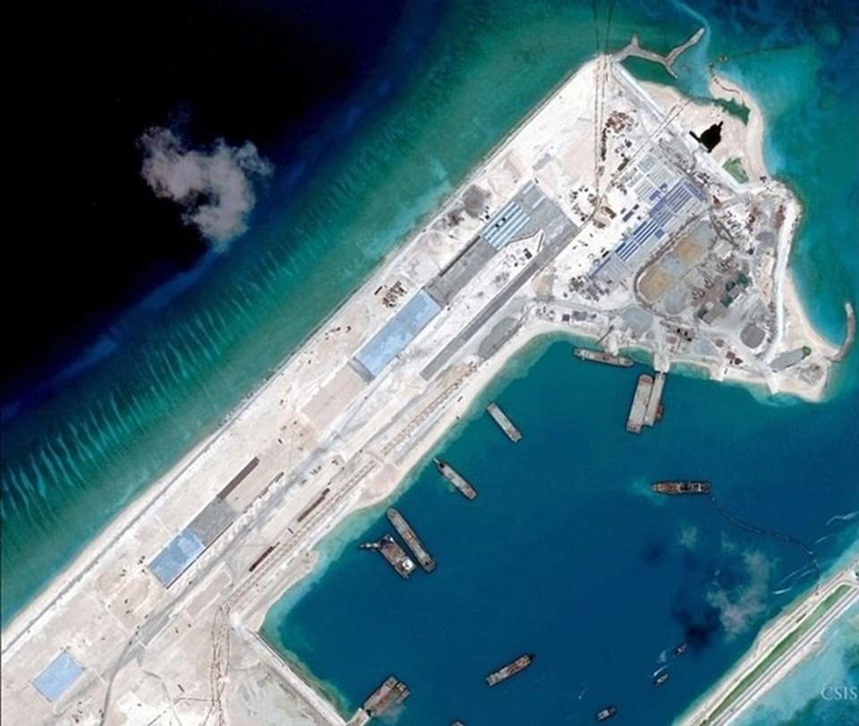 Çin Güney Çin Denizi'ni yapay olarak doldurarak bölgede bir hava üssü inşa ediyor.
