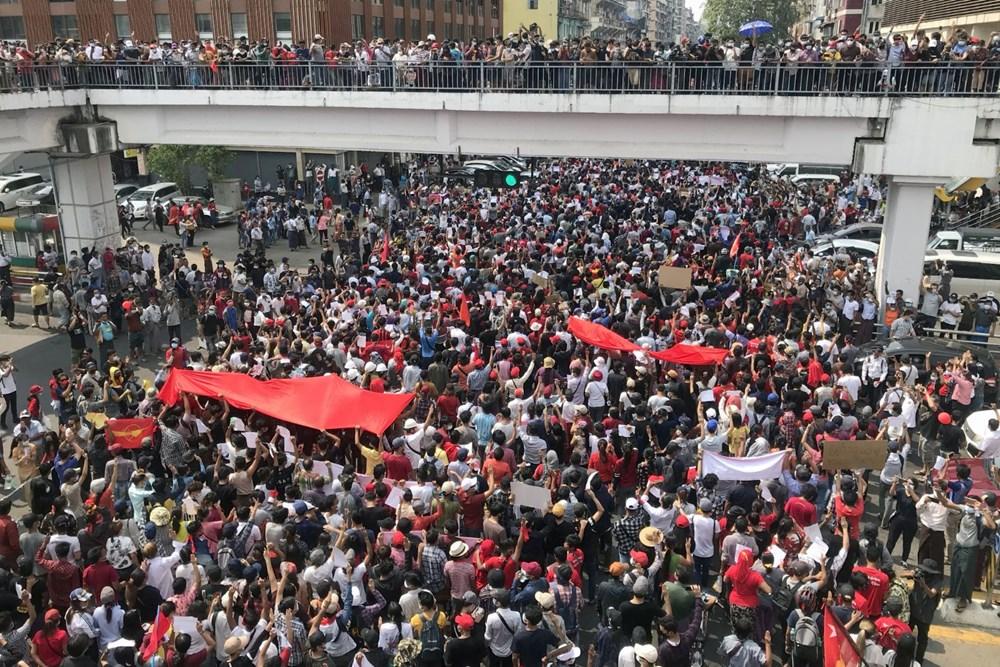 Myanmar'da on binlerce kişi cuntaya meydan okudu - 9
