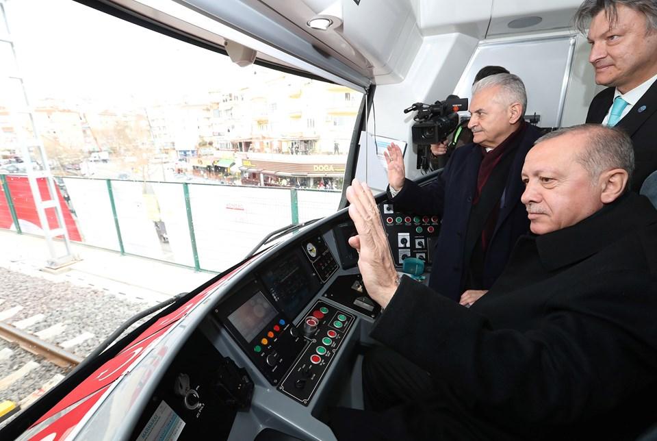 Cumhurbaşkanı Erdoğan, törenin ardından makinist koltuğuna geçerek banliyö trenini kullandı.