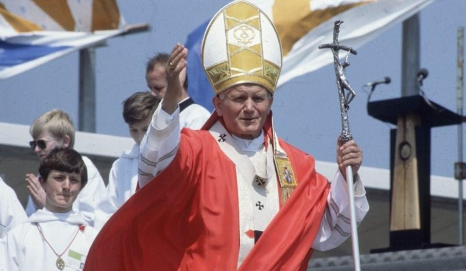 Papa 2. John Paul ölümünün ardından 9 yıl sonra aziz ilan edildi.