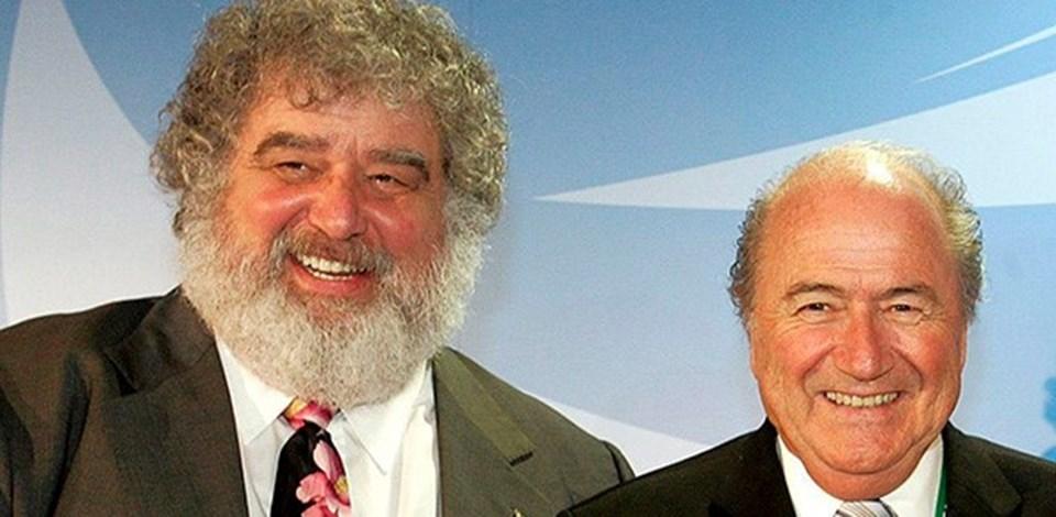 FIFA İcra Kurulu'nun eski üyesi ve yolsuzluğun ortaya çıkmasında yaptığı itiraflarla etkili olan Chuck Blazer'a (Fotoğrafta solda) ömür boyu men cezası verildi.