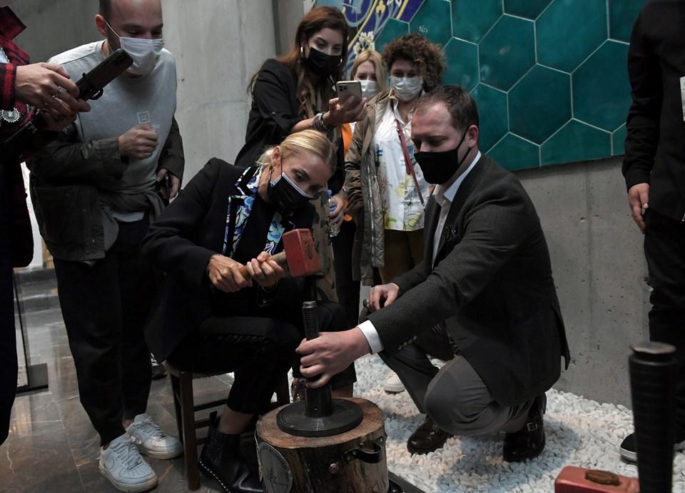 Ziyaret sonunda ise Pervin Ersoy ile Rotahane ekibi, sırayla hatıra sikke basma setine oturarak Osmanlı'nın ilk akçesinden bastı.
