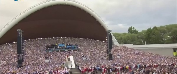 Estonya'da koro festivali...(On binlerce kişi aynı anda şarkı söyledi)