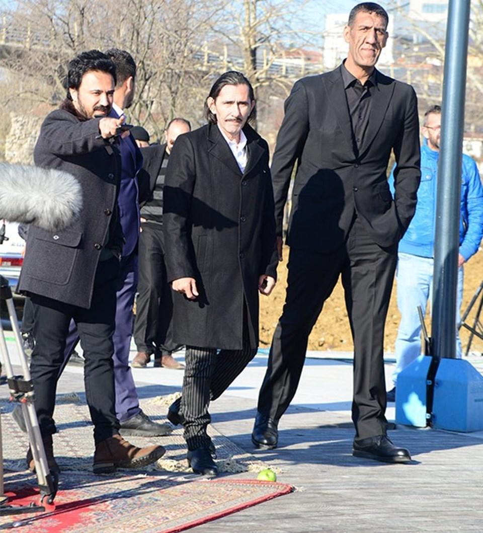 Filmde, İçerde' dizisinde 'Minik' karakterine tanınan Seyithan Özdemir de oynuyor.