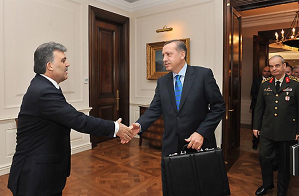 Başbakan Erdoğan ve Genelkurmay Başkanı Başbuğ, zirveye ellerinde çantalarla geldi.