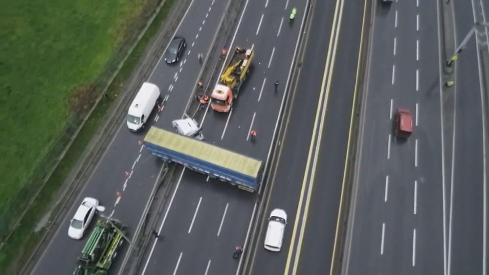 D-100'ü kapatan kaza: TIR metrobüs bariyerlerine çarptı - 1