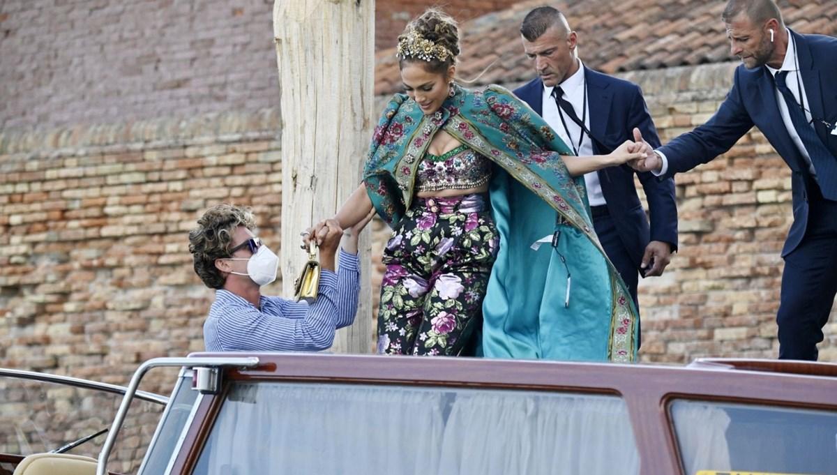 Jennifer Lopez kıyafetinden fiyat etiketini çıkarmayı unuttu!