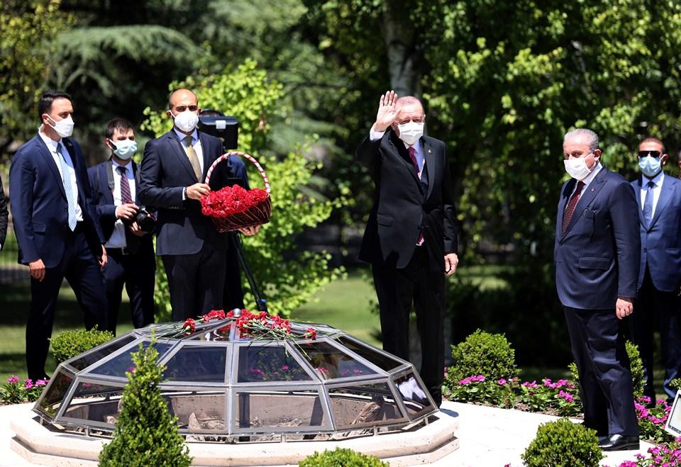 Cumhurbaşkanı Erdoğan ve TBMM Başkanı Şentop, 15 Temmuz 2016 gecesi, Meclis bahçesindeki bombanın atıldığı alana kırmızı karanfil bıraktı.