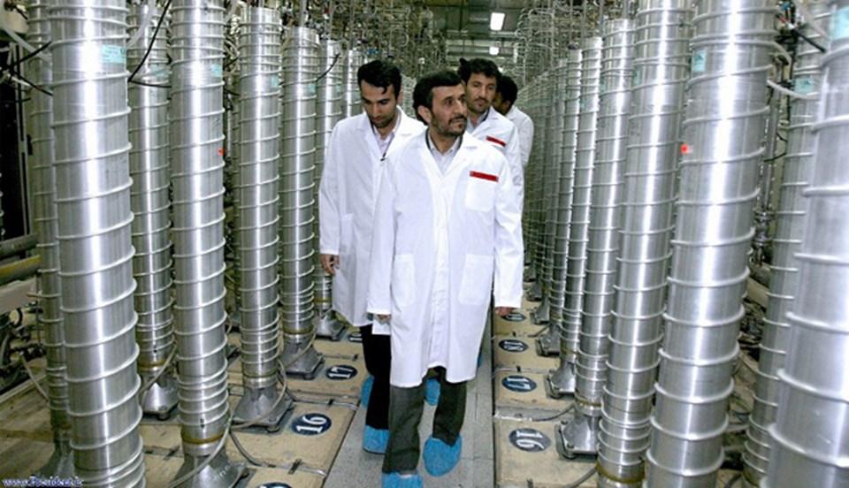 İran'ın eski cumhurbaşkanı Mahmud Ahmedinejad, 2008 yılında Natanz'daki tesisi ziyaret etmişti (AFP).