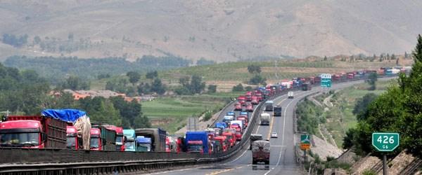 100 km'lik araç trafik sıkışıklığı