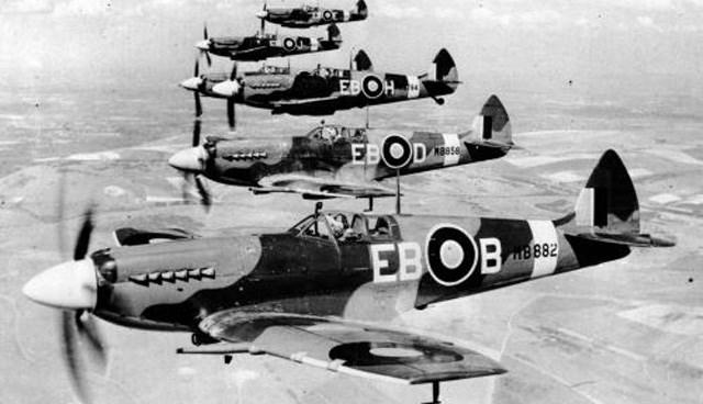 """""""Spitfire""""lar 1944 yılında eğitim uçuşunda. Koleksiyoncuları günümüzde bir Spitfire için 1 milyon Euro'dan fazla parayı gözden çıkarıyor."""