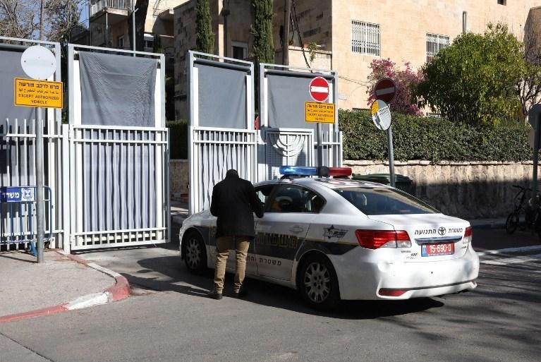 Netanyahu'nun şahsi konutu önündeki polis aracı