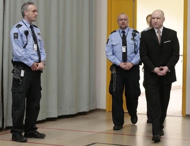 Televizyonlu bir hücrede diğer mahkumlardan tecrit edilmiş şekilde cezasını çeken Breivik'in dış dünyayla internet ya da telefonla irtibata geçmesi de yasak. Breivik'in avukatı Oystein Storrvik, müvekkilinin kaldığı başkent Oslo'nun yaklaşık 100 kilometre güneybatısındaki Skien Cezaevinde tecrit nedeniyle stresli olduğunu savundu.