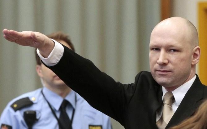 Breivik, Norveç devletini, Avrupa İnsan Hakları Sözleşmesi'nin özel ve aile yaşamına ve mektuplaşma hakkına saygı duymamakla ve insanlık dışı ya da küçük düşürücü muamele ya da ceza vermekle suçluyor.