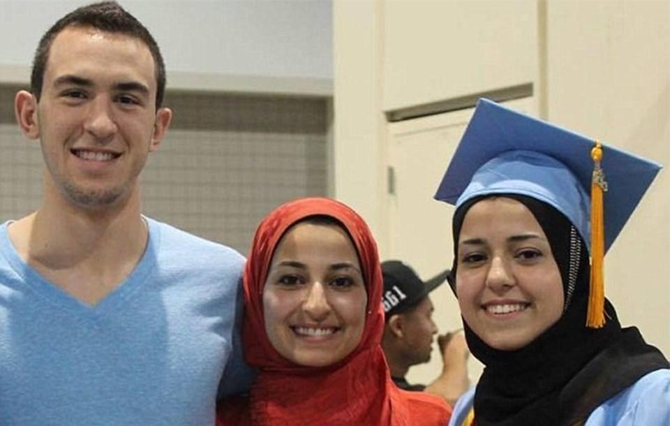 Üç Müslüman genç evlerinde başlarına kurşun sıkılarak öldürüldü.