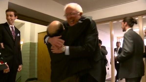 Demokrat Parti başkan aday adayı Bernie Sanders, ünlü komedyen Danny De Vito'ya sarılırken görülüyor.