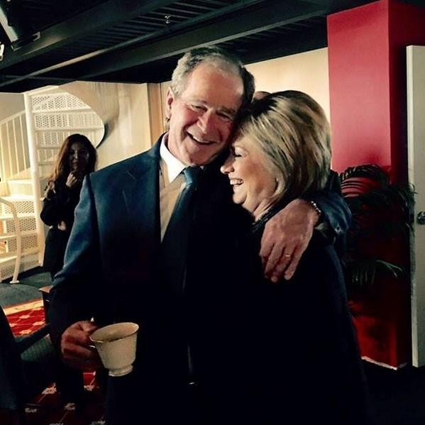 Siyasi rakip Bush ile Clinton'ın bu fotoğrafı ABD'de siyasi bir tartışma başlattı.