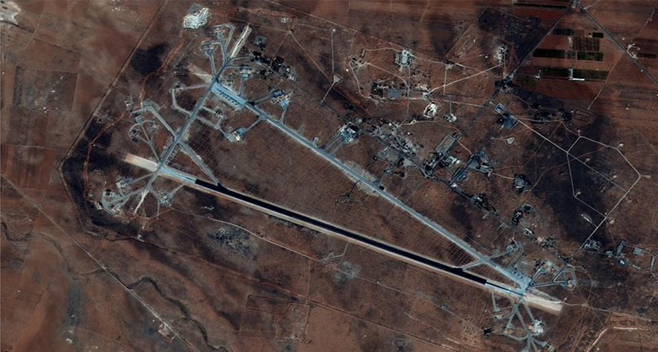 ABD ordusuna ait Doğu Akdeniz'de bulunan gemilerden fırlatılan 59 Tomahawk füzesinin kimyasal saldırıda kullanıldığı belirtilen Şayrat Hava Üssünü vurduğu açıklandı.