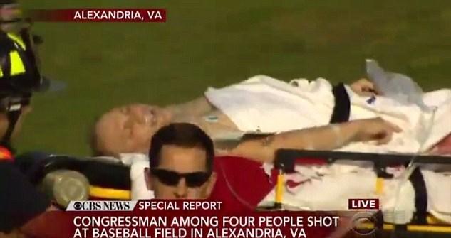 Saldırıda yaralanan Kongre Üyesi Steve Scalise'ye sağlık ekiplerince yapılan ilk müdahale böyle görüntülendi.Scalise'in hayati tehlikesi bulunmadığı belirtiliyor.