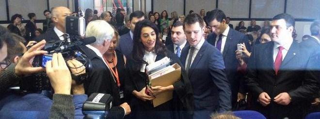Tarihi davaya Ermenistan adına müdahil olan Lübnan asıllı İngiliz avukat Emel Alamuddin kucağında dosyalarla duruşma salonuna geldi.