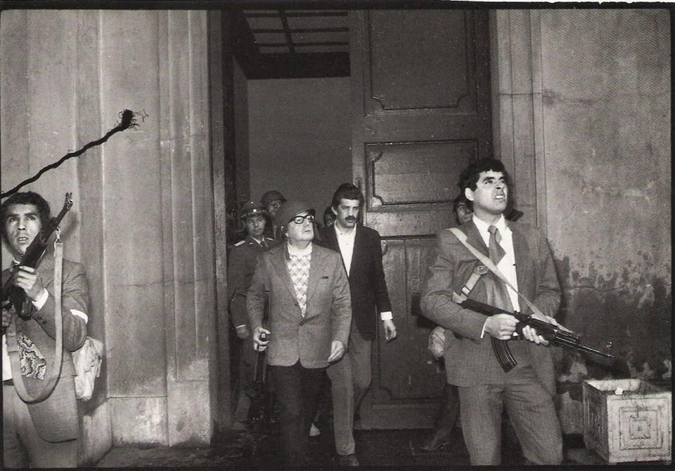 Allende'nin bu fotoğraf çekildikten dakikalar sonra öldürüldüğü iddia ediliyor.