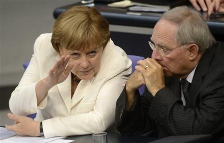 Almanya Maliye Bakanı Wolfgang Schaeuble (sağda) Alman Şansölye Merkel'in sağ kolu olarak gösteriliyor.