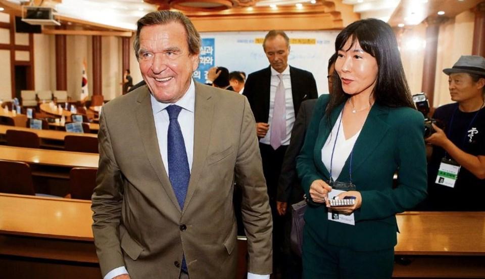 """Evlilik kararı sonrası Schröder'in yılın büyük bölümünde Kore'de yaşaması bekleniyor. Sevgilisi Kim de, açıklamasında, """"Tabii ki, Almanya her zaman Gerhard Schröder'in hayatının merkezi olacak, tıpkı Kore'nin benim vatanım olduğu gibi"""""""