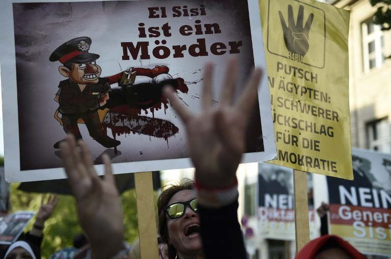 """Sisi, Berlin'de bir çok noktada protesto edildi. Gösteri katılanlar """"Katil Sisi"""" sloganları attı."""