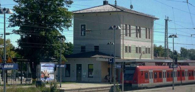 Almanya'nın Grafing kentinde bıçaklı saldırgan tren istasyonunda yolculara rastgele saldırdı.