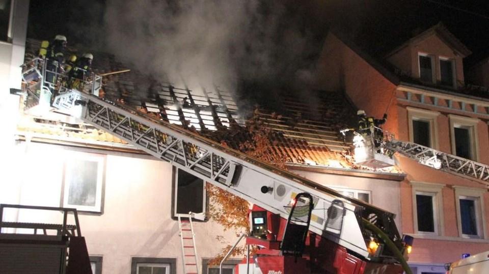 """Çatı katındaki yangın gece yarısı başladı. Alman polisi, """"Yangının kundaklama sonucu olduğuna dair belirti yok"""" açıklaması yaptı."""