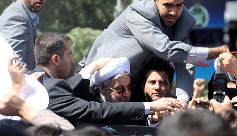 İran Cumhurbaşkanı Hasan Ruhani, havalimanında korumaları tarafından böyle korundu.