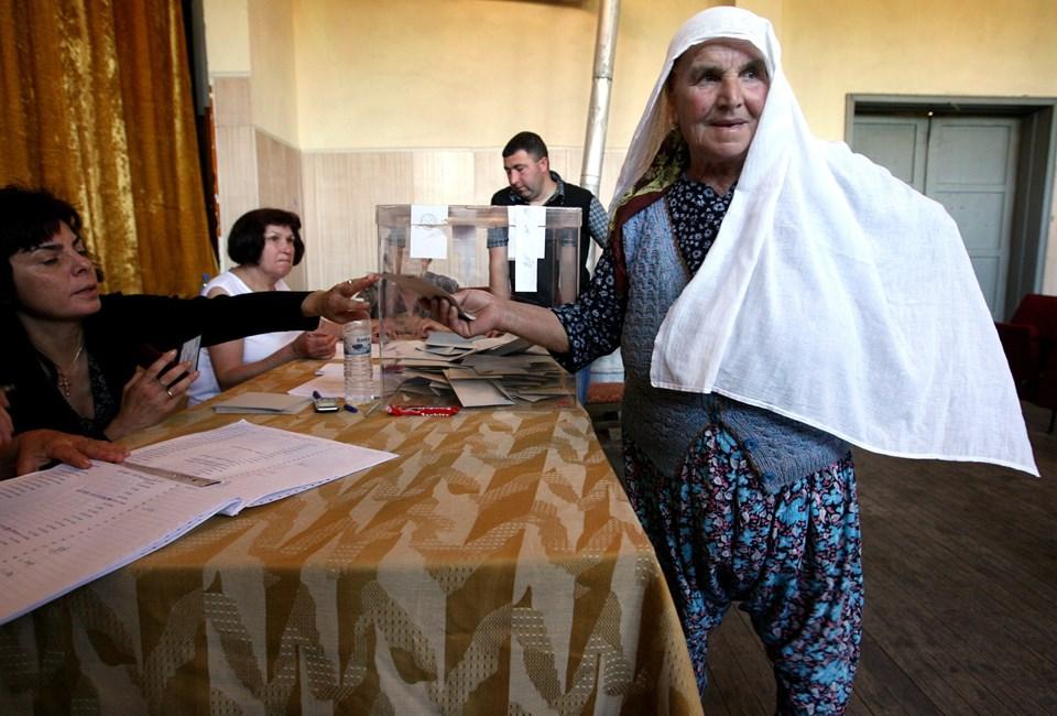 Bulgaristan'da bir seçmen oyunu kullanıyor