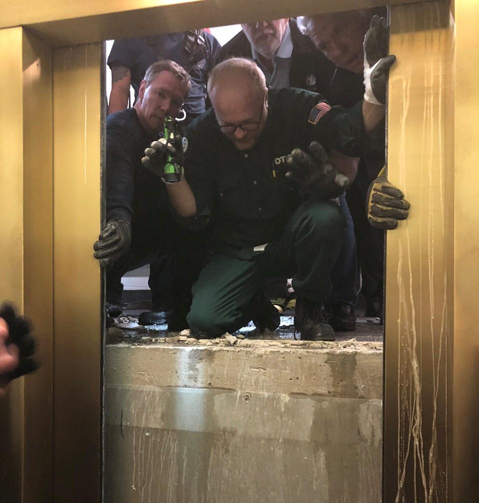 Asansörde mahsur kalan 6 kişi 84 kat düştü