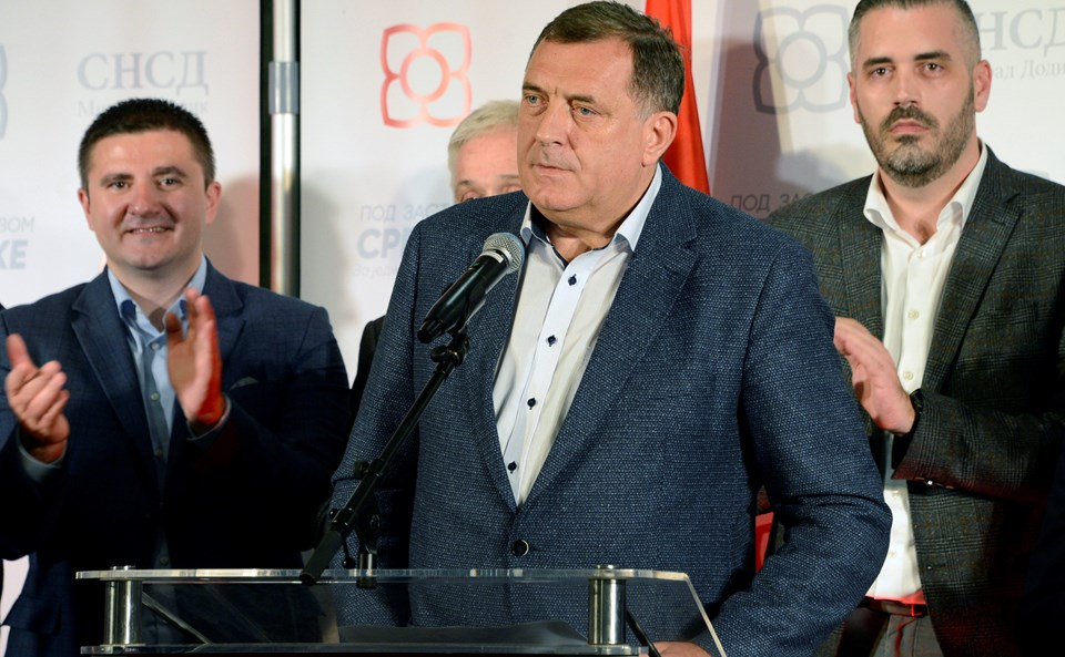 """Bosna Hersek'teki Devlet Başkanlığı Konseyi'nin yeni Sırp üyesi aşırı sağcı ve ayrılıkçı Milorad Dodik oldu. Rus yanlısı Dodik, """"Bosna Hersek'te tüm ülkeyi kapsayan bir devlet organı yok"""" dedi."""