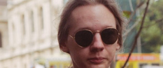 Assange kadın kılığına girmiş