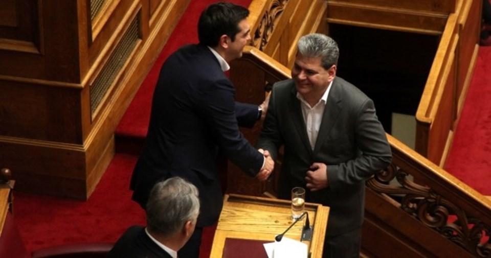 İskeçe milletvekili Hüseyin Zeybek, Yunan parlamentosunda Başbakan Aleksis Çipras'la tokalaşıyor.