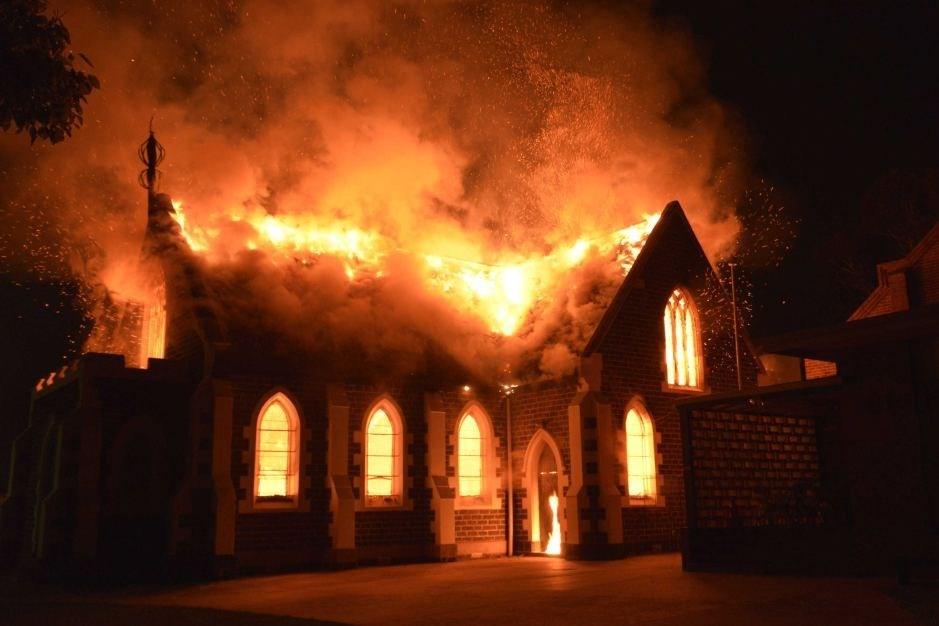 Kiliseden dönüştürülen cami kimliği belirsiz kişilerce kundaklandı.