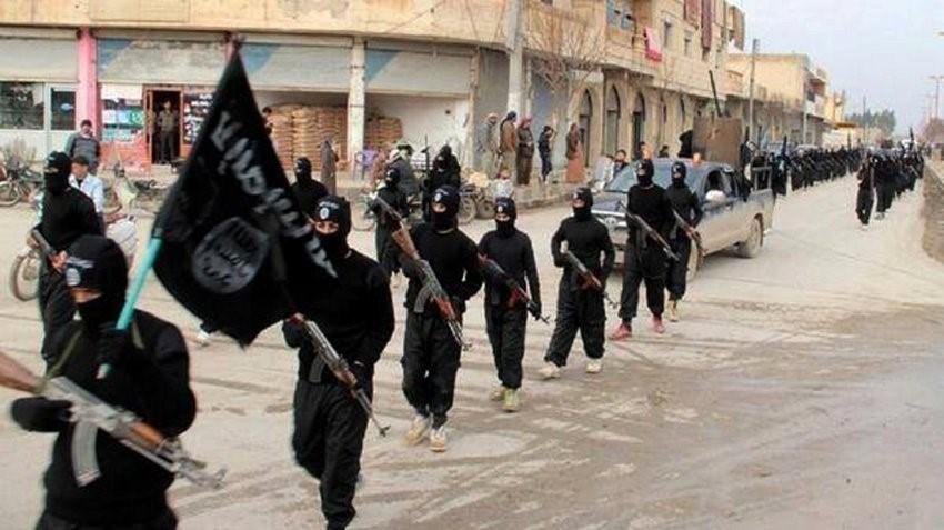IŞİD militanları ele geçirdikleri kentlere askeri düzenle giriyor.