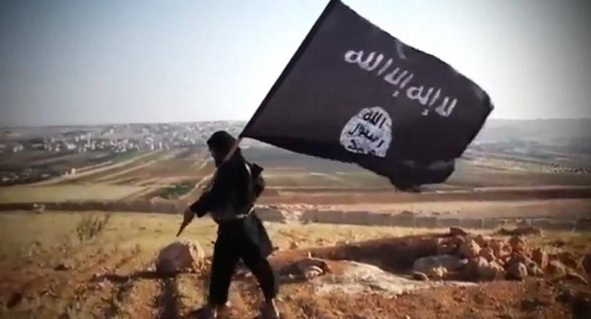 Siyah bir bayrağ olan IŞİD'in militanları da siyah giymeyi tercih ediyor.