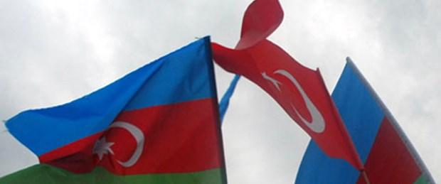 Bakü'deki anıtta Türk bayrakları indirildi