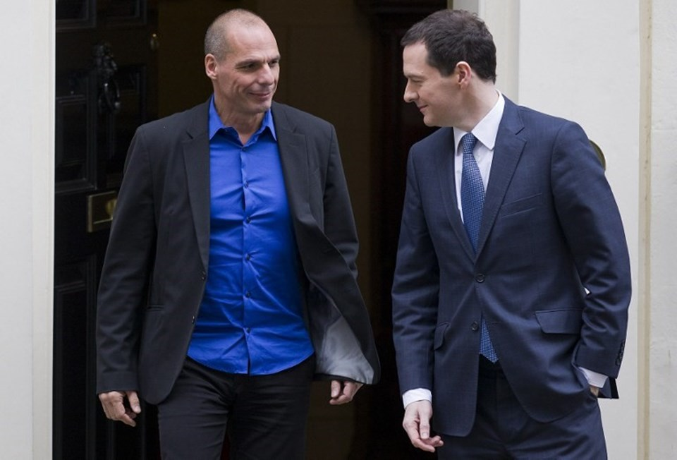 Yunanistan Maliye Bakanı parlak mavi bir gömlekle İngiliz mevkidaşını ziyarete geldi. İngiliz mevkidaşı, Varufakis'in mavi gömleğini dikkatle inceledi.