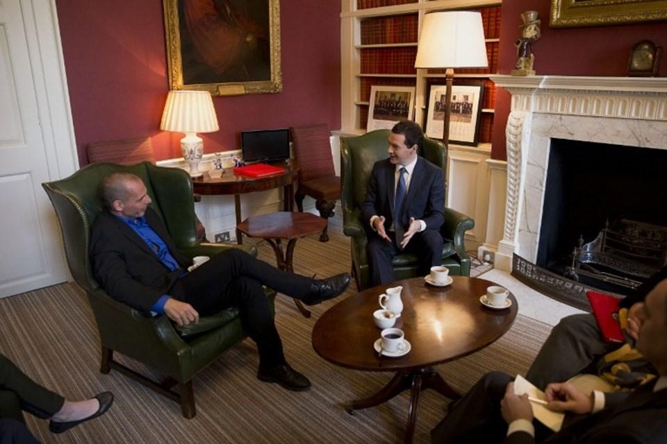Yunanlı bakanın ayakkabısı neredeyse İngiliz bakanın bacağına değecekti.