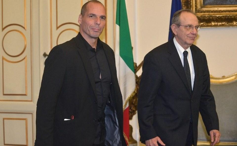 Yunanistan Maliye Bakanı Varufakis Roma ziyaretinde gömleğinin rengini değiştirdi. Yunanlı bakan siyah ve parlak bir gömlek giydi.