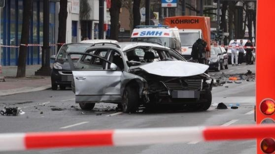 Almanya'nın başkenti Berlin'de seyir halindeki bir otomobilde patlama meydana geldi. İnfilak eden araç park halindeki bir otomobile çarparak durdu.