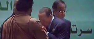 Berlusconi Kaddafi'nin elini öptü