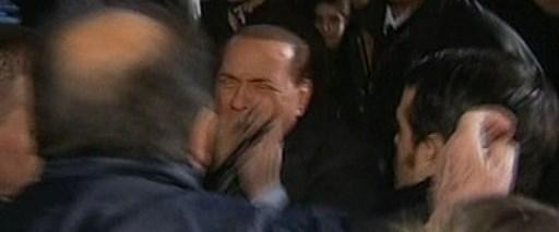 Berlusconi'nin kanlı yüzü bebek oldu