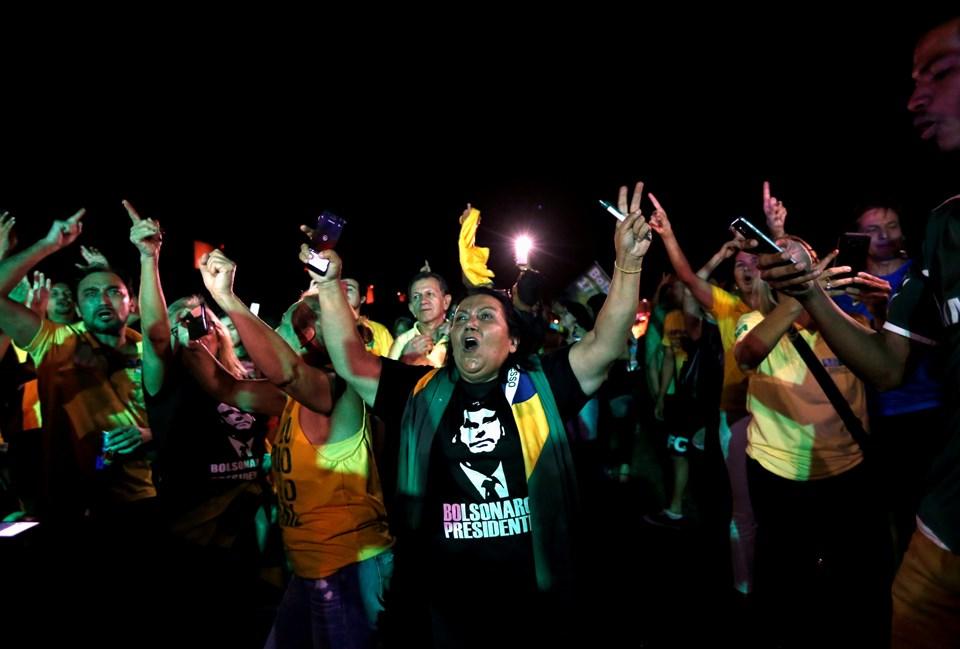 Bolsonaro destekçileri ilk tur sonuçlarının gelmesiyle beraber sokaklarda kutlama yaptı.