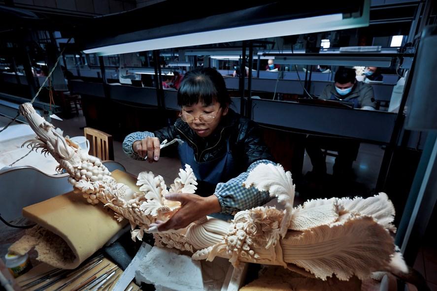 Çin'in en büyük fildişi oymacılık fabrikasında bolluk sembolü parçalardan biri tamamlanmak üzere. Çin, 2008'de Afrika'dan 65,8 ton fildişini –yasalara uygun olarak– satın aldı. O tarihten bu yana kaçak avcılık da, kaçakçılık da arttı.