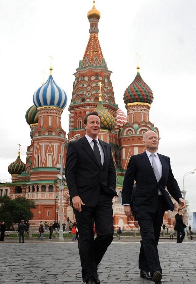 Cameron yıllar sonra İngiltere'yi başbakan olarak ziyaret etti. Cameron dönemin Dışişleri Bakanı William Hague'le birlikte Kremlin'in önünde görülüyor.