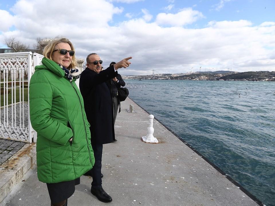 Başbakanlık Çalışma Ofisi'nde bir araya gelen İki bakan görüşmenin ardından Dolmabahçe Sarayı'ndaki bahçesinde kısa yürüyüş yaptı.